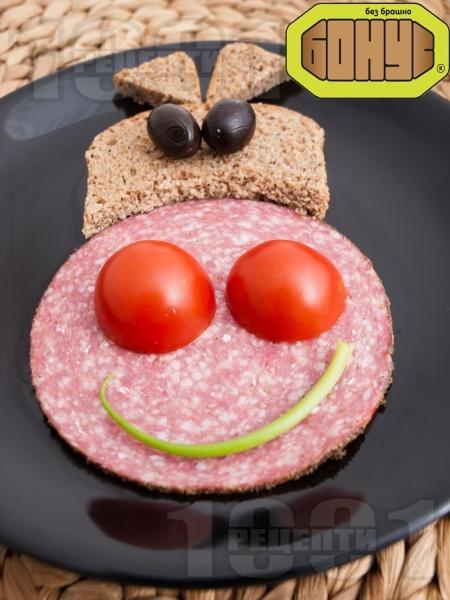 Лесен детски сандвич Усмихнатата крава с колбас закуска - снимка на рецептата